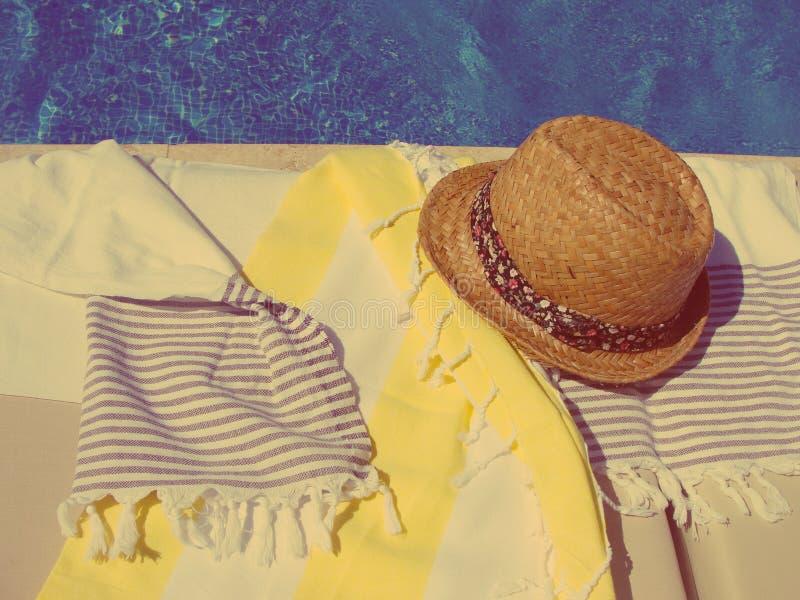 Chapéu e toalhas de palha do verão pela associação fotos de stock royalty free