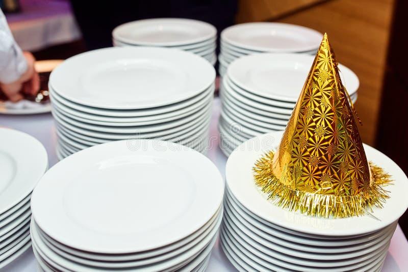 Chapéu festivo em uma tabela imagens de stock royalty free