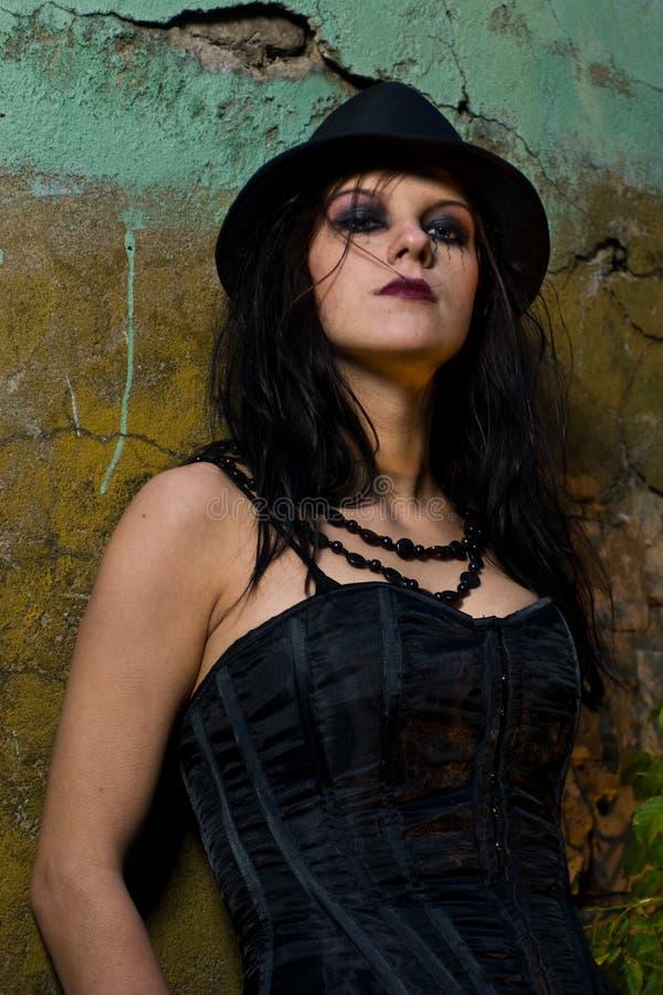 Chapéu negro desgastando da menina de Goth imagens de stock