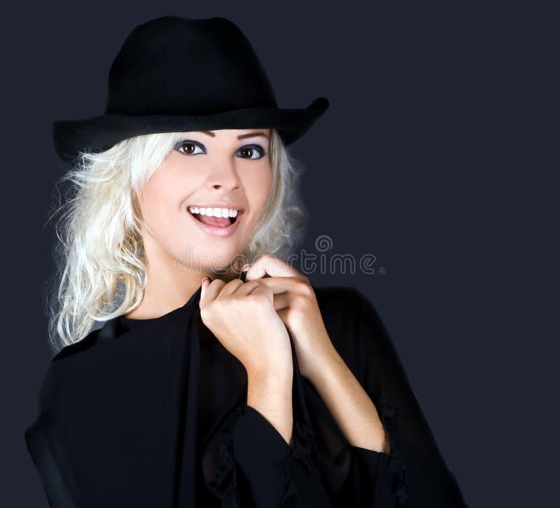 Chapéu negro desgastando do retrato louro da mulher da forma imagens de stock royalty free