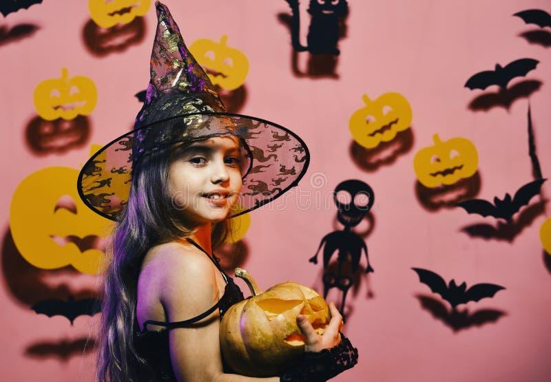 Chapéu negro vestindo da bruxa pequena Partido de Dia das Bruxas e conceito das decorações fotografia de stock royalty free