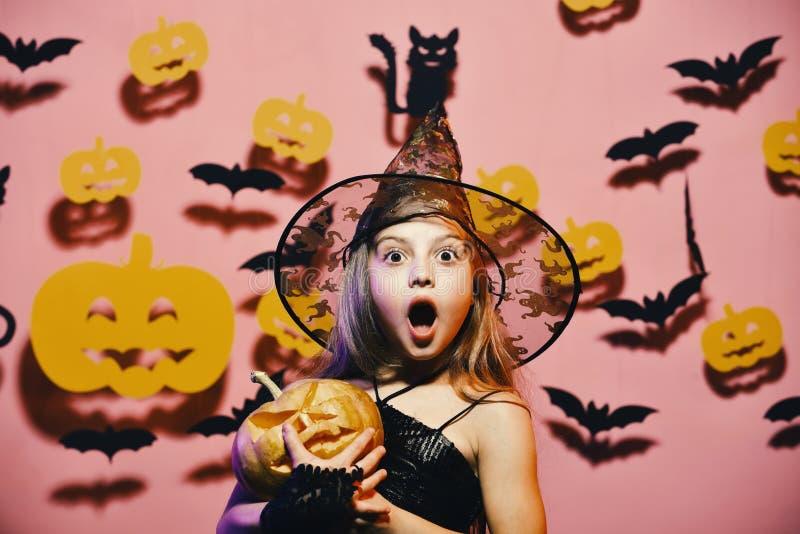 Chapéu negro vestindo da bruxa pequena Partido de Halloween Criança no traje assustador das bruxas imagem de stock