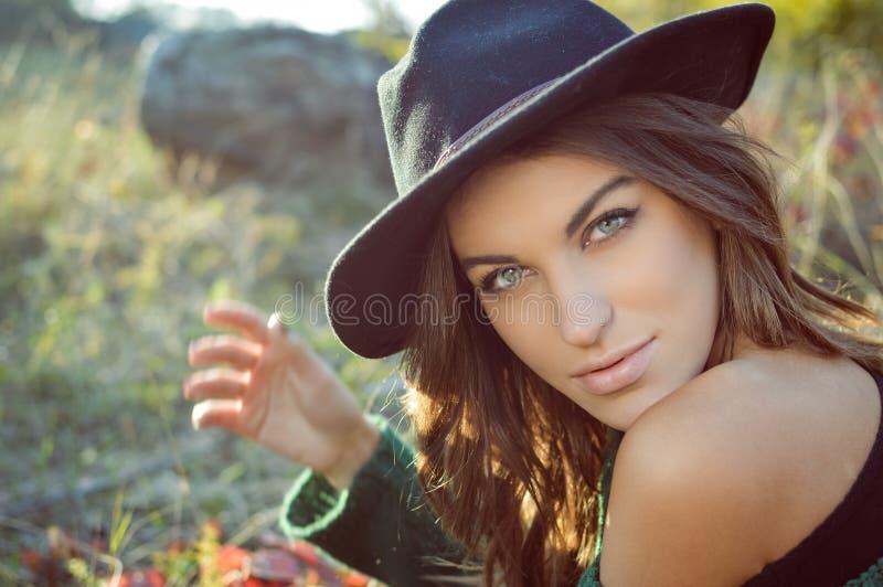 Chapéu negro vestindo da menina encantador com despido foto de stock royalty free