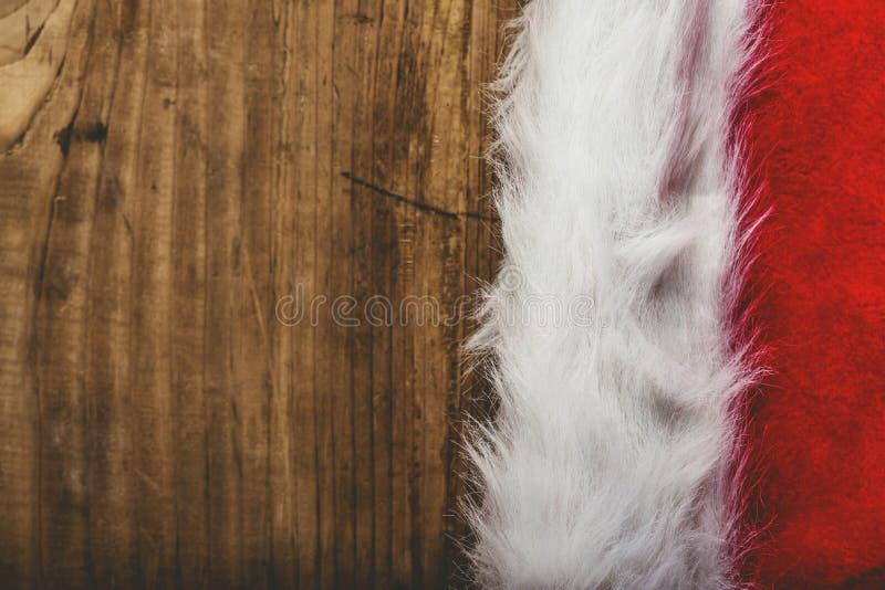 Chapéu tonificado retro de Santa Claus na mesa de madeira imagens de stock