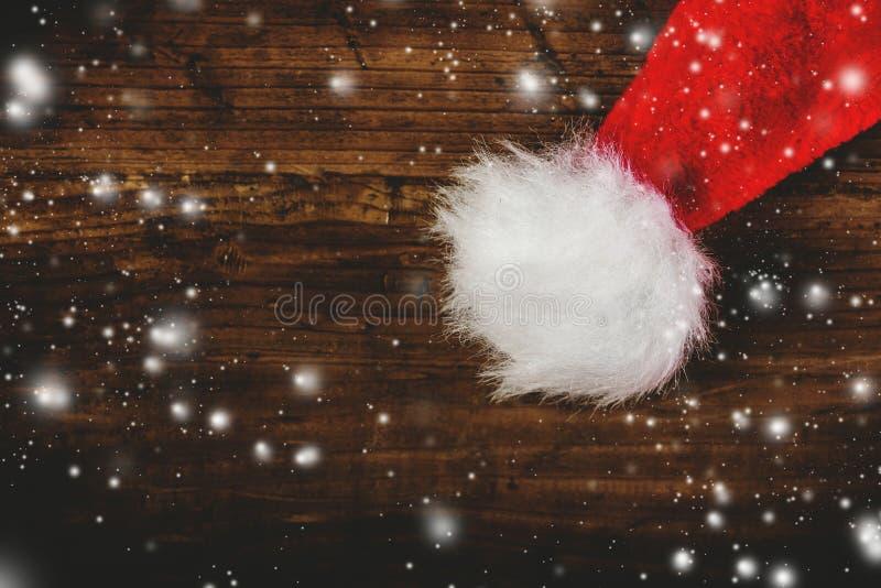 Chapéu tonificado retro de Santa Claus na mesa de madeira foto de stock royalty free
