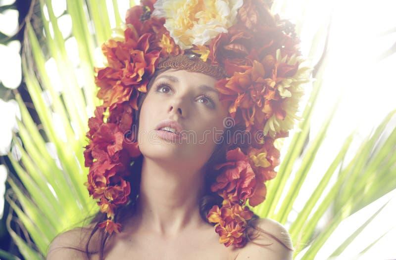 Chapéu vestindo da senhora bonita feito das flores imagens de stock
