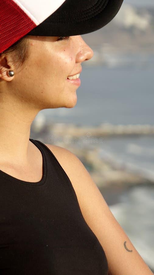 Chapéu vestindo de observação adolescente fêmea do litoral fotografia de stock