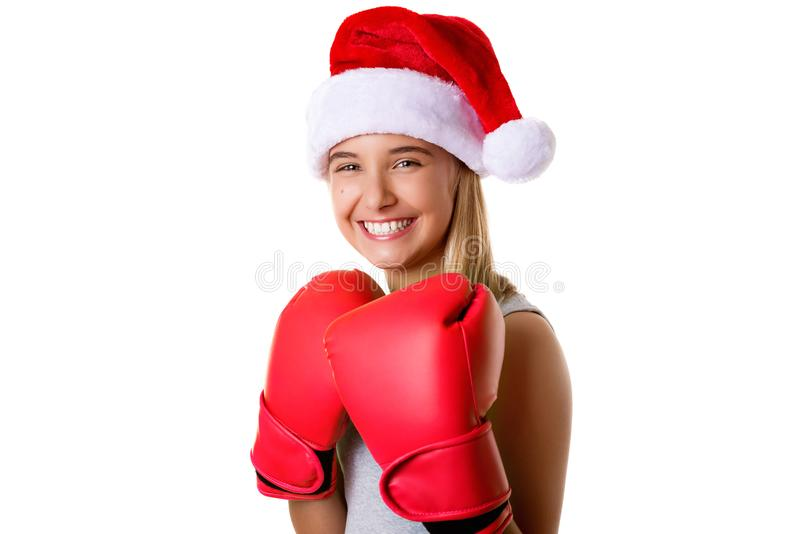 Chapéu vestindo de Santa do Natal da moça feliz desportiva com as luvas de combate, isoladas foto de stock