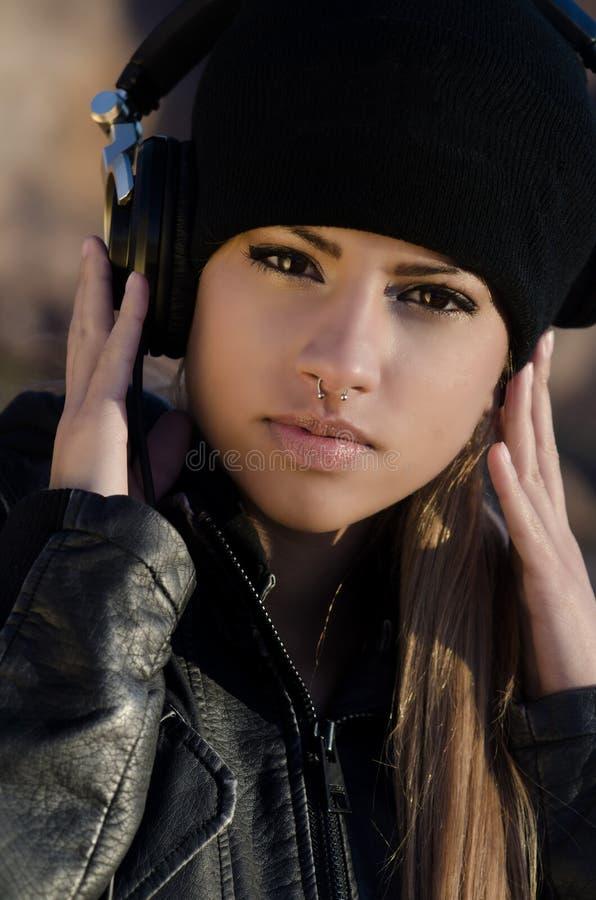 Chapéu vestindo do beanie da mulher com auscultadores fotos de stock