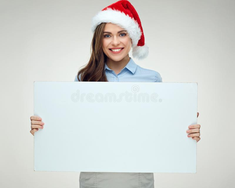 Chapéu vestindo do Natal da mulher que guarda a bandeira branca grande, placa do sinal fotos de stock royalty free