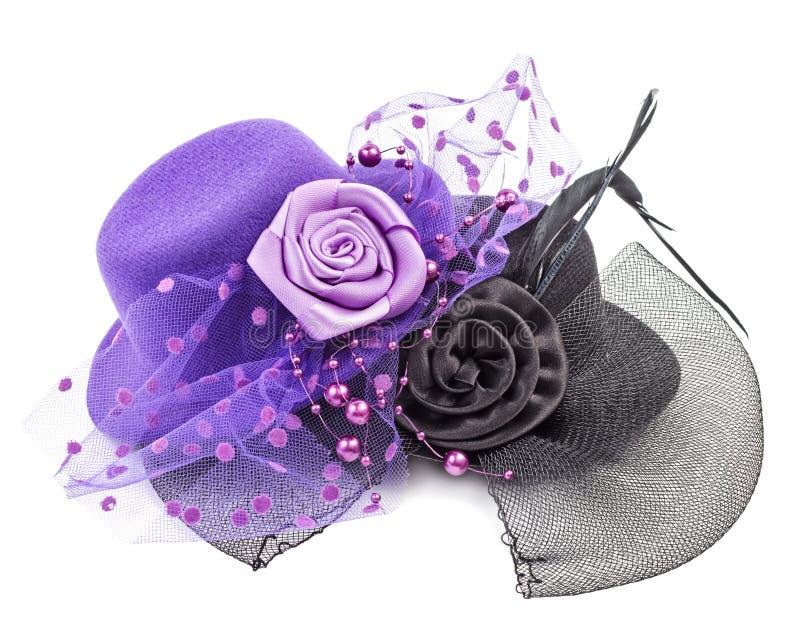 Chapéus antigos roxos e pretos das senhoras com a flor isolada fotografia de stock
