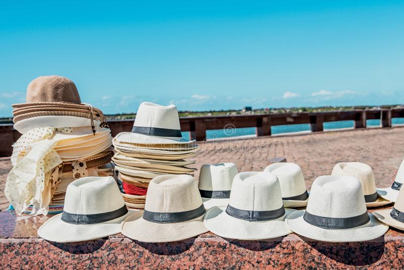 Chapéus brancos consideráveis de Havana com as faixas pretas na exposição nas ruas foto de stock