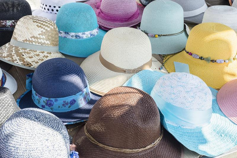 Chapéus coloridos do verão das senhoras foto de stock