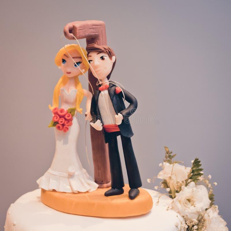 Chapéus de coco dos noivos do bolo de casamento fotos de stock