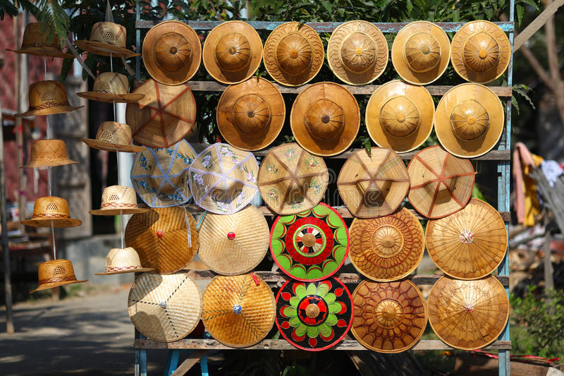 Chapéus de palha no mercado em Ásia fotografia de stock