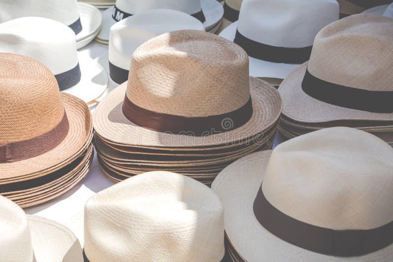 Chapéus de Panamá feitos a mão no mercado exterior tradicional popular fotos de stock