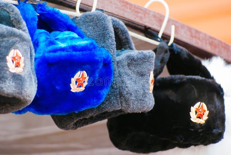 Chapéus forrado a pele no mercado de Moscou imagem de stock
