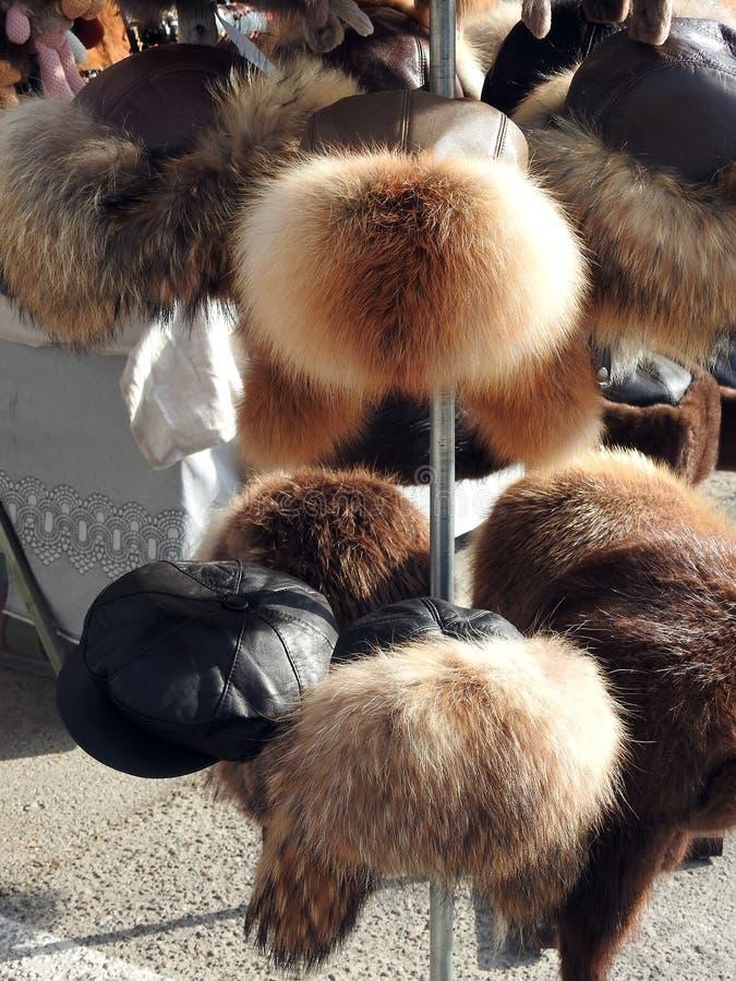 Chapéus forrado a pele para a venda da rua, Lituânia imagens de stock