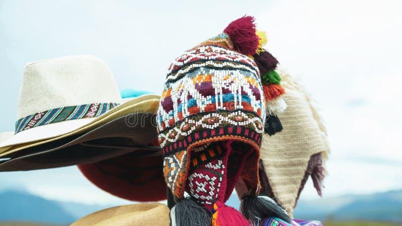 Chap?us nativos coloridos tradicionais peruanos de mat?ria t?xtil do artesanato no mercado em Machu Picchu, uma da maravilha sete fotografia de stock royalty free