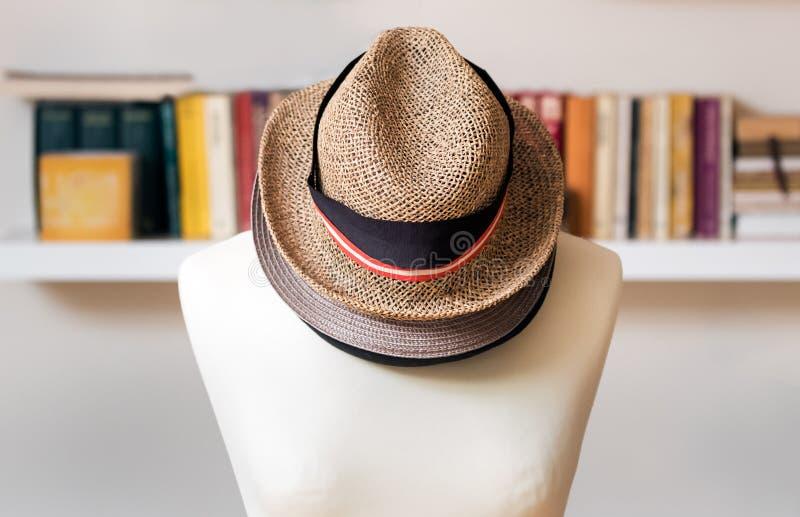 Chapéus um sobre o outro em um manequim em casa fotos de stock