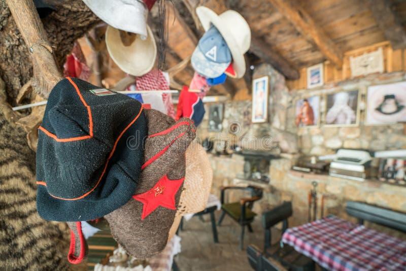 Chapéus velhos de Balcãs na exposição foto de stock royalty free