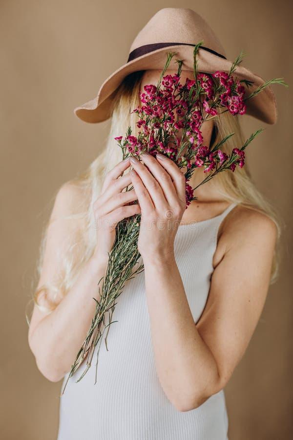 Chap?u cinzento louro das flores do vestido da mulher fotos de stock