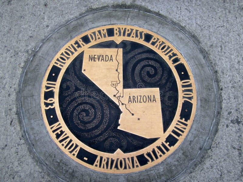 A chapa de bronze marca a fronteira estadual do Arizona - de Nevada fotos de stock