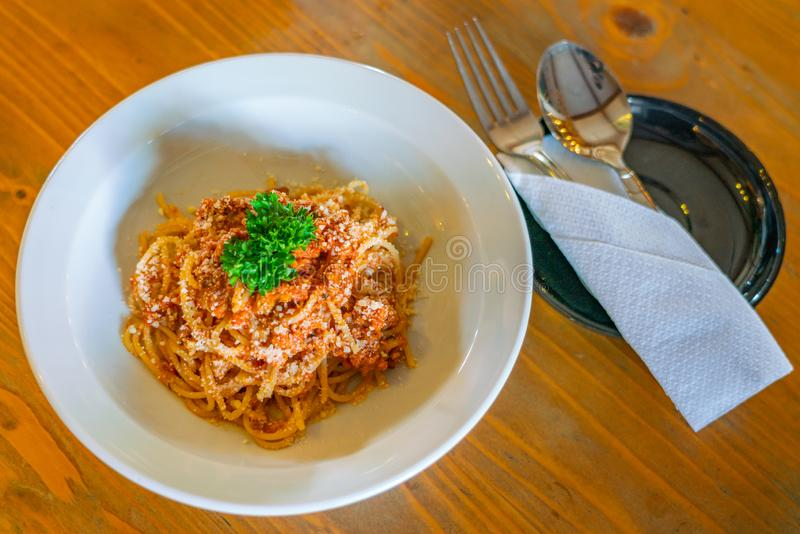 Chapa de esparguete deliciosa, decorada com queijo triturado e salsa foto de stock royalty free