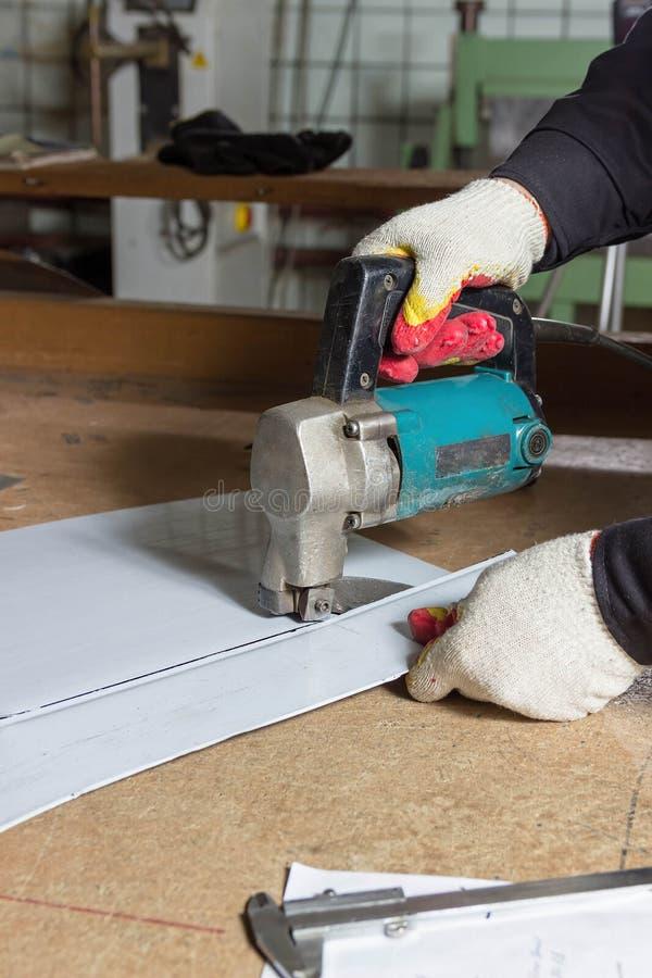 Chapa metálica que corta tesouras elétricas Corte de folhas de metal com as tesouras manuais industriais fotografia de stock