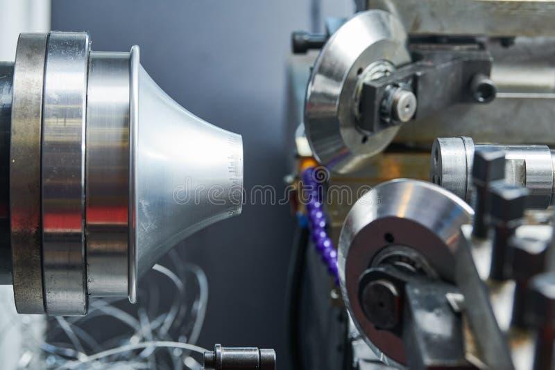 Chapa metálica que forma processos placa de giro na máquina do torno do cnc foto de stock royalty free
