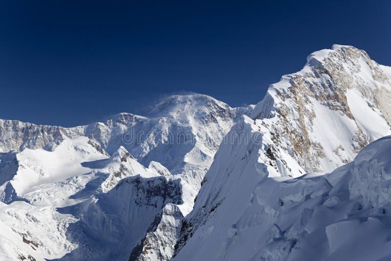 Chapaev峰顶和高峰Pobeda (Jengish Chok北部山腰  免版税图库摄影