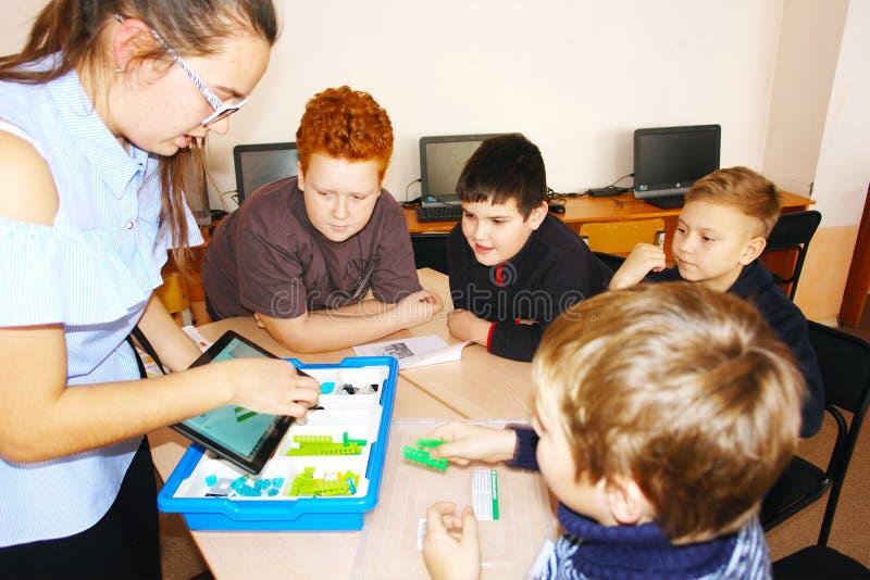 CHAPAEVSK, REGIONE DELLA SAMARA, RUSSIA - 7 DICEMBRE 2017: Bambini della scuola nella classe con la donna dell'insegnante immagine stock libera da diritti