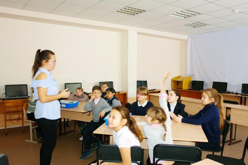 CHAPAEVSK, SAMARA-GEBIED, RUSLAND - DECEMBER 07, 2017: Schooljonge geitjes in klasse met leraarsvrouw royalty-vrije stock foto