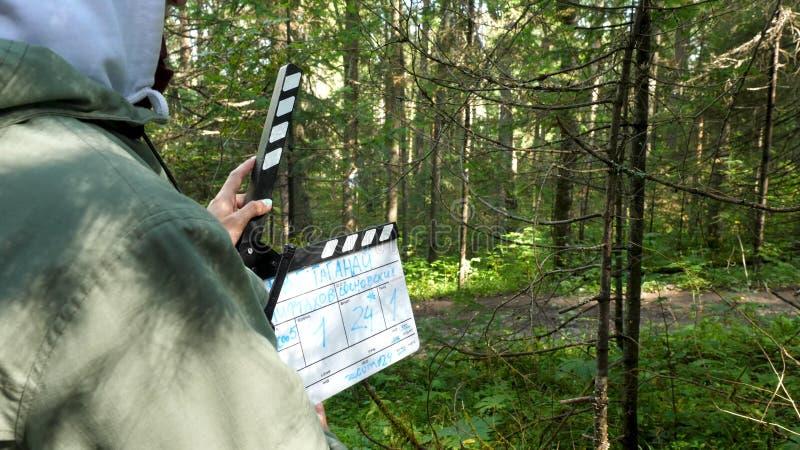 Chapaleta de la película en el bosque Clapperboard en el tiroteo de la película del bosque en áreas del bosque imagenes de archivo