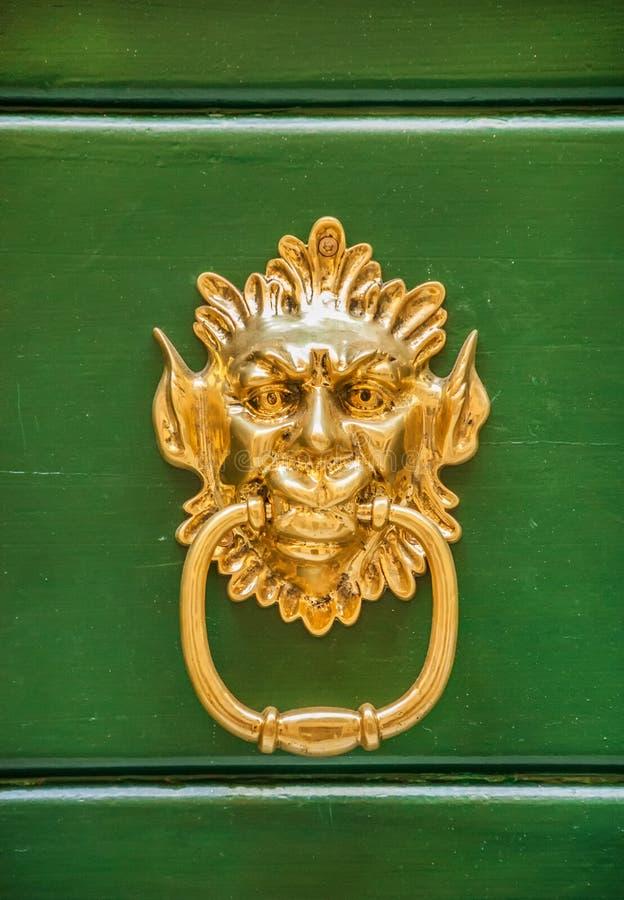 Chapaleta de la puerta del demonio o del duende imagenes de archivo