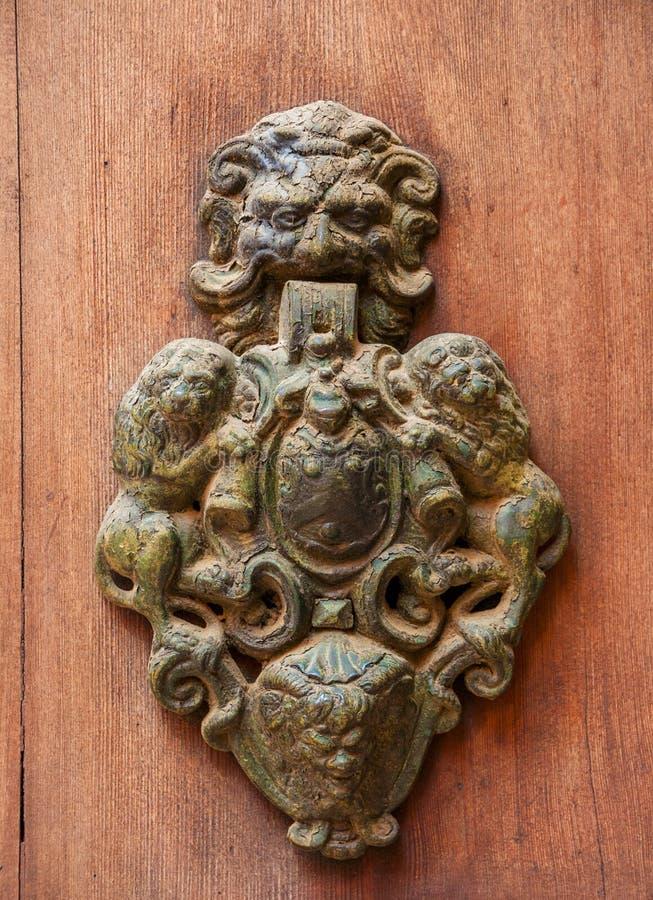 Chapaleta vieja de la puerta con los leones imagen de archivo libre de regalías