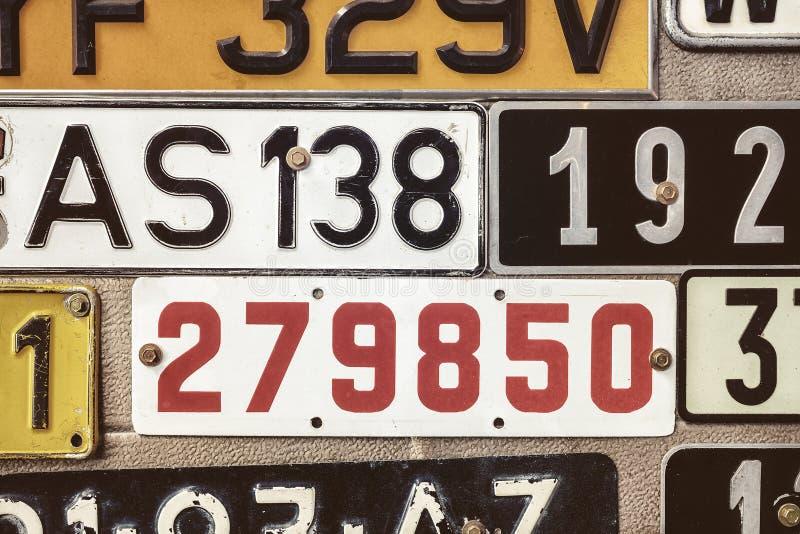 Chapas de matrícula velhas em uma porta da garagem do metal imagem de stock