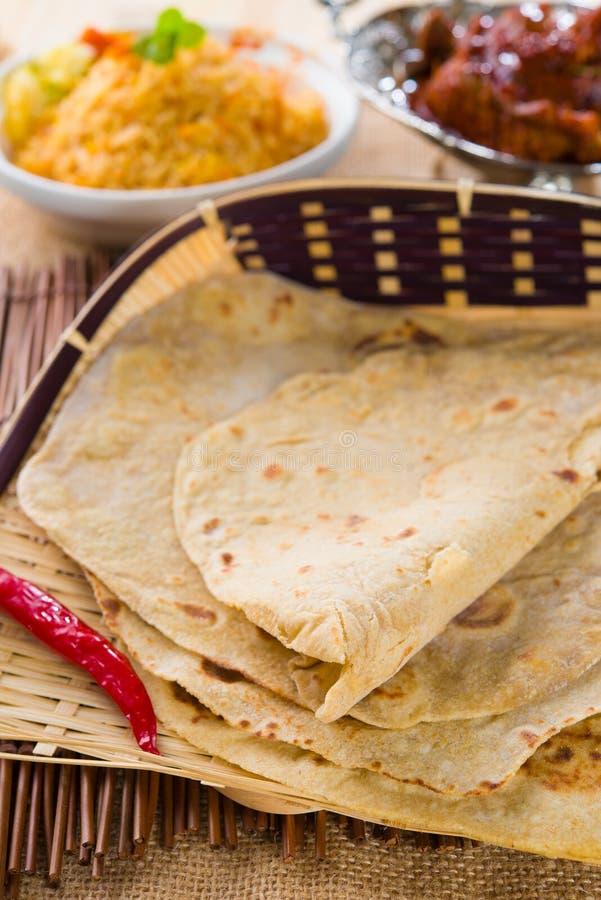 Chapathi με τα διάφορα ινδικά τρόφιμα στον παραδοσιακό τρόπο ζωής στοκ εικόνα