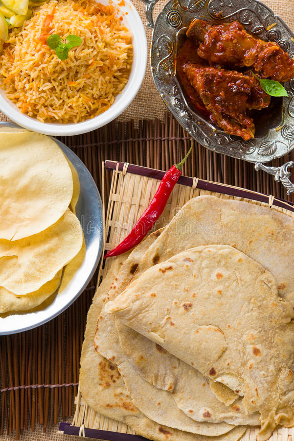 Chapathi με τα διάφορα ινδικά τρόφιμα στον παραδοσιακό τρόπο ζωής στοκ εικόνα με δικαίωμα ελεύθερης χρήσης
