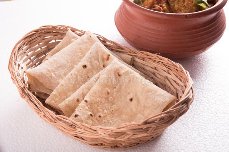 Chapati e caril no fundo branco foto de stock