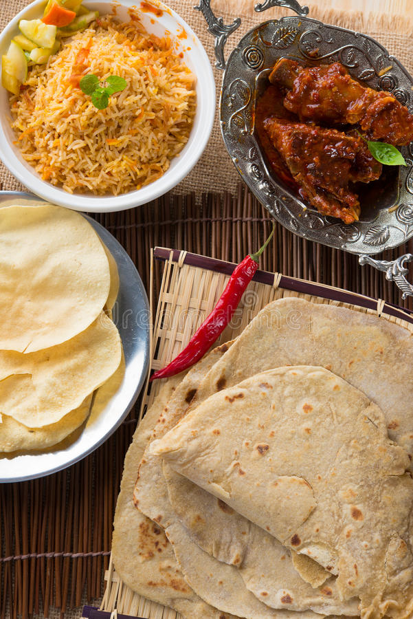 Chapati lub mieszkanie chleb, Indiański jedzenie, robić od pszenicznej mąki ciasta. fotografia stock