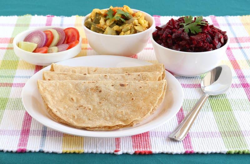Chapati ou pain plat indien avec le cari de légume et de betteraves photo libre de droits