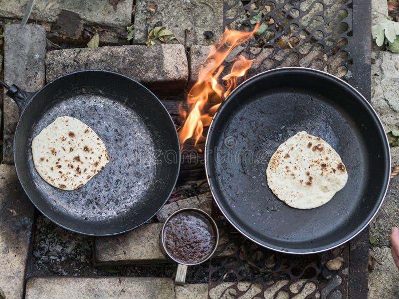 chapati Produits faits à partir de la farine Café noir frais préparé La boisson de matin est prête images stock