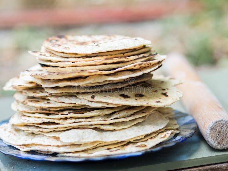 chapati Produkte gemacht vom Mehl Gekocht auf Wasser Auf einem offenen Feuer Mit dem Zusatz von Gewürzen und von Salz Ungesäuerte lizenzfreie stockbilder