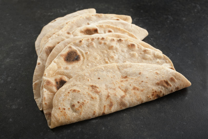 Chapatis indianos em um fundo escuro foto de stock royalty free