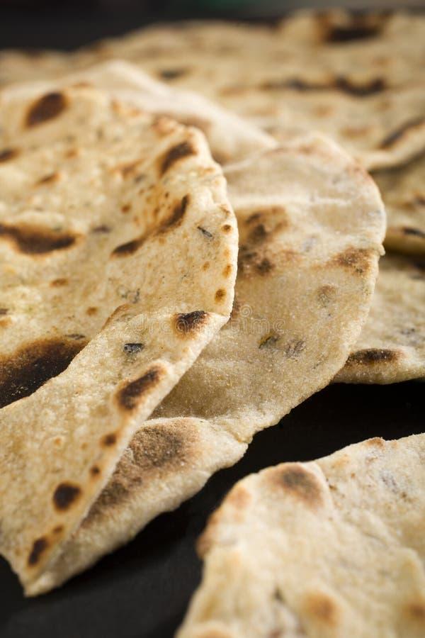Chapatis o indio Roti, primer del pan ácimo imagenes de archivo