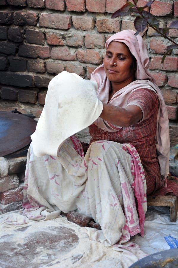 chapatti να προετοιμαστεί στοκ φωτογραφίες