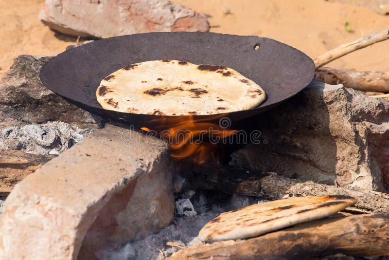 Chapatti indien sur le feu image stock