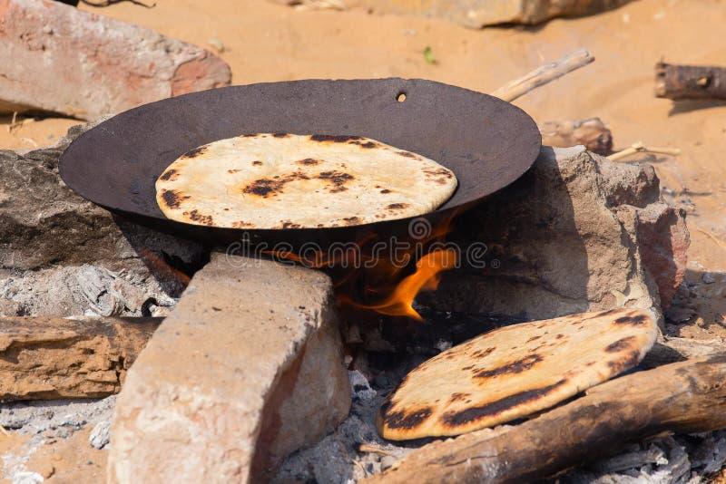 Chapatti indien sur le feu, Pushkar, Inde image libre de droits