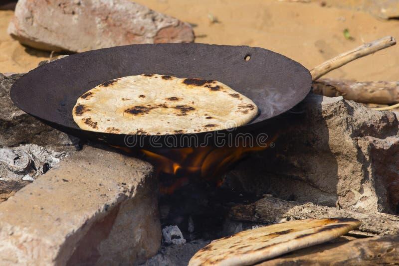 Chapatti indien sur le feu, Pushkar, Inde photo libre de droits